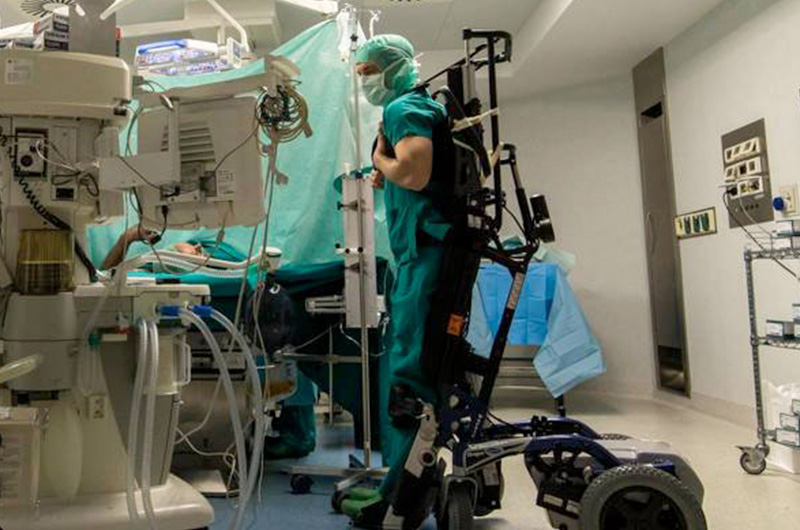 Marco-Dolfin-il-chirurgo-che-opera-servendosi-di-un-esoscheletro